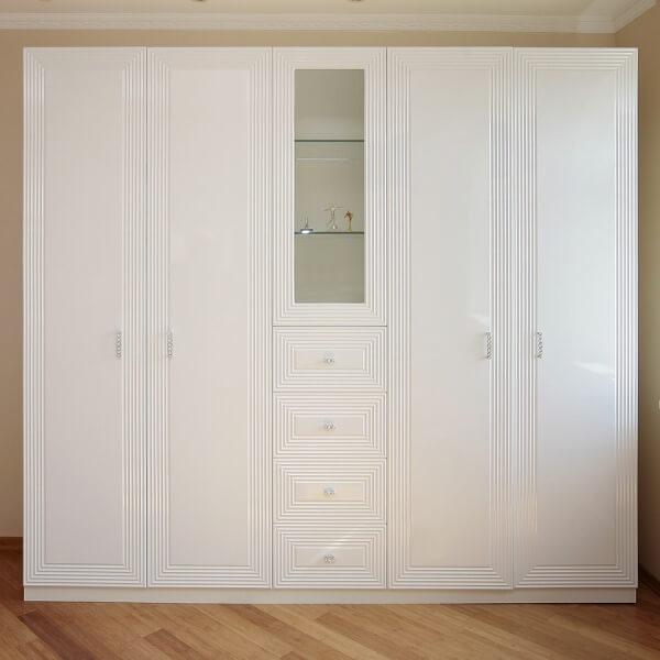 Фото белого распашного шкафа с ящиками