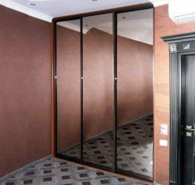 Фото гардеробаная встроенная с дверями из зеркала графит