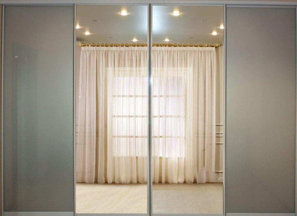 Фото гардеробаная с дверями купе из зеркала и стекла ORACAL