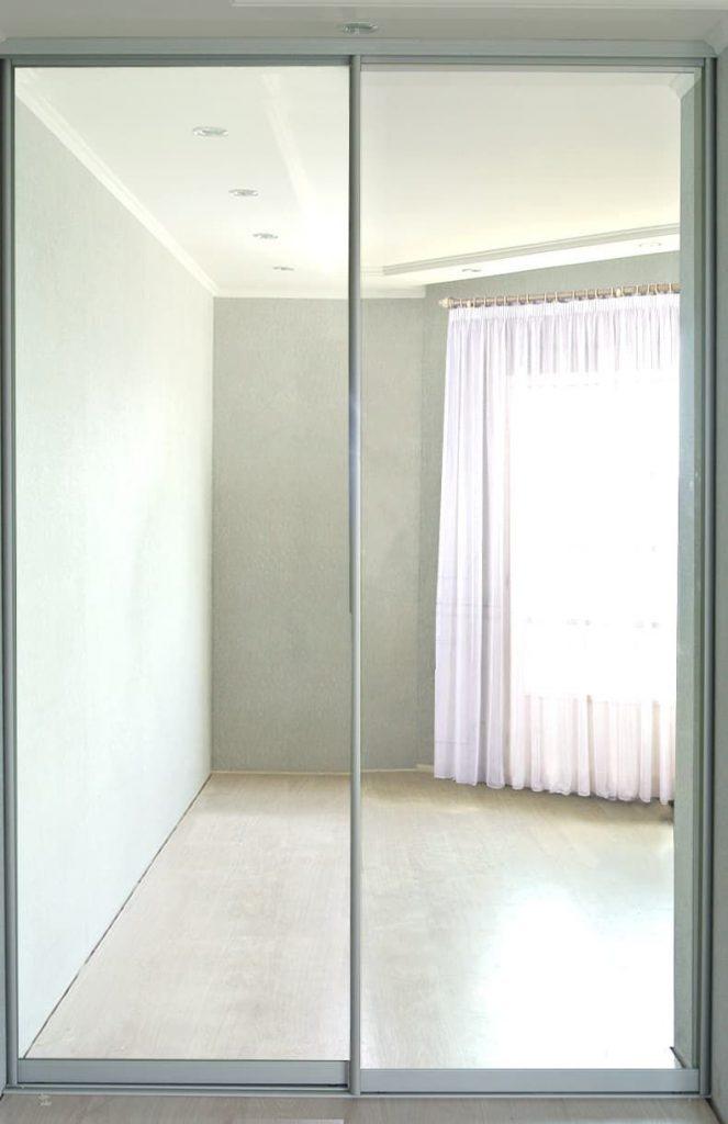 Фото гардеробаная с зеркалами в дверях-купе ДСП EGGER
