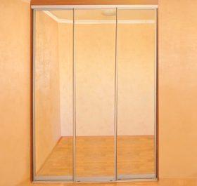 Фото гардеробаная с зеркальными дверями купе ДСП EGGER