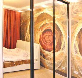 Фото шкафа-купе в спальню с зеркальными дверями