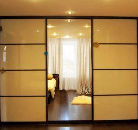 Фото шкафа-купе встроенного с дверями из стекла LACOBEL