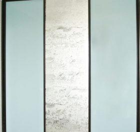 Фото шкафа-купе с пескоструйным узором и стеклом ORACAL