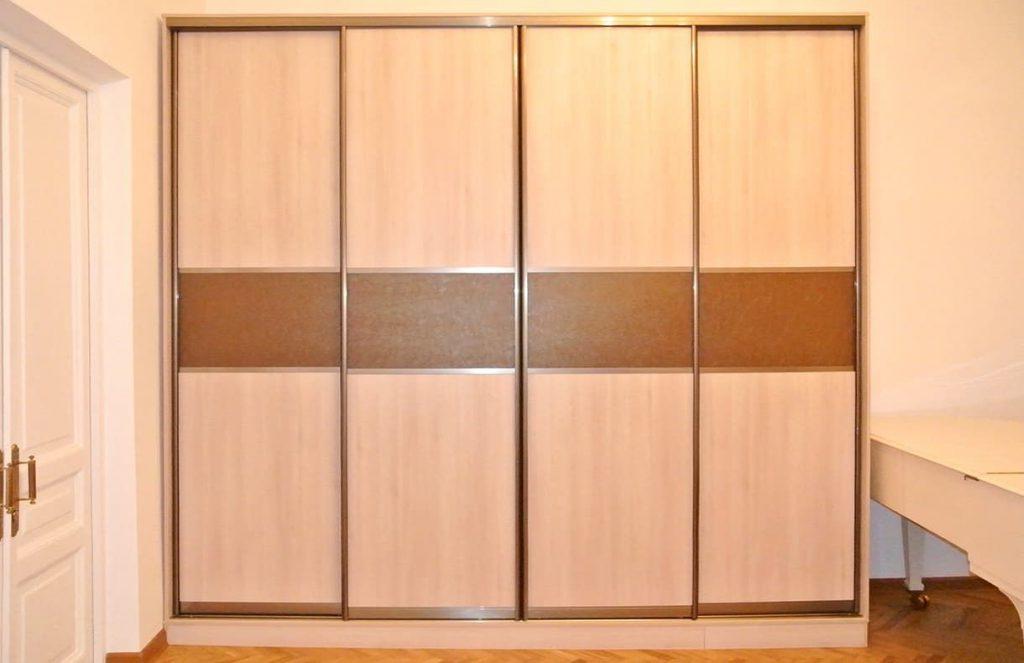 Фото шкафа-купе с комбинированными дверями из ЛДСП и ЭКОКОЖИ