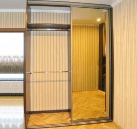 Фото шкафа-купе с зеркальными дверями в коридор