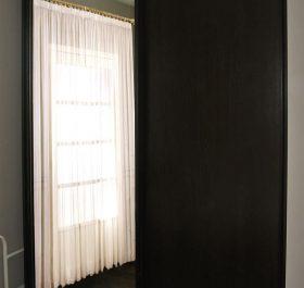Фото шкафа-купе в спальню с одной зеркальной дверью