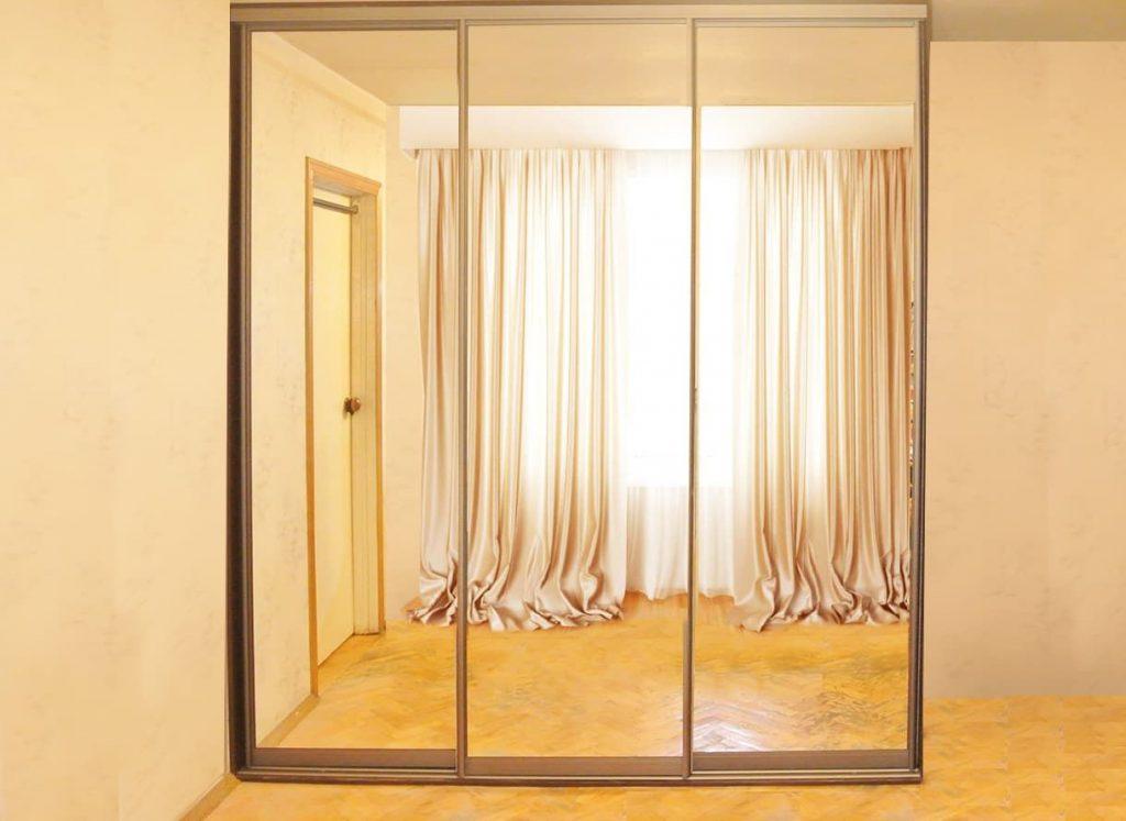 Фото шкафа-купе полувстроенный в спальню с дверями зеркало