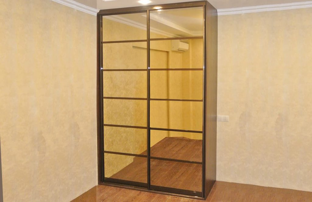 Фото шкафа-купе полувстроенный из зеркала бронза